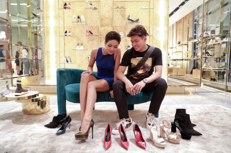 Ngoài ra, cô còn mang theo rất nhiều giày đủ loại, được tài trợ bởi các thương hiệu giày nổi tiếng quốc tế.