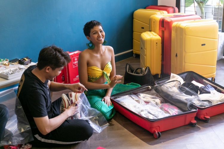 Cô mang theo gần 90 bộ trang phục bao gồm cả đồ dạ hội và đồ mặc thường ngày, chưa kể đến bộ trang phục dân tộc Bánh mì phải vận chuyển riêng vì kích cỡ đặc biệt. Váy áo của người đẹp đến từ 11 nhà thiết kế hàng đầu Việt Nam.
