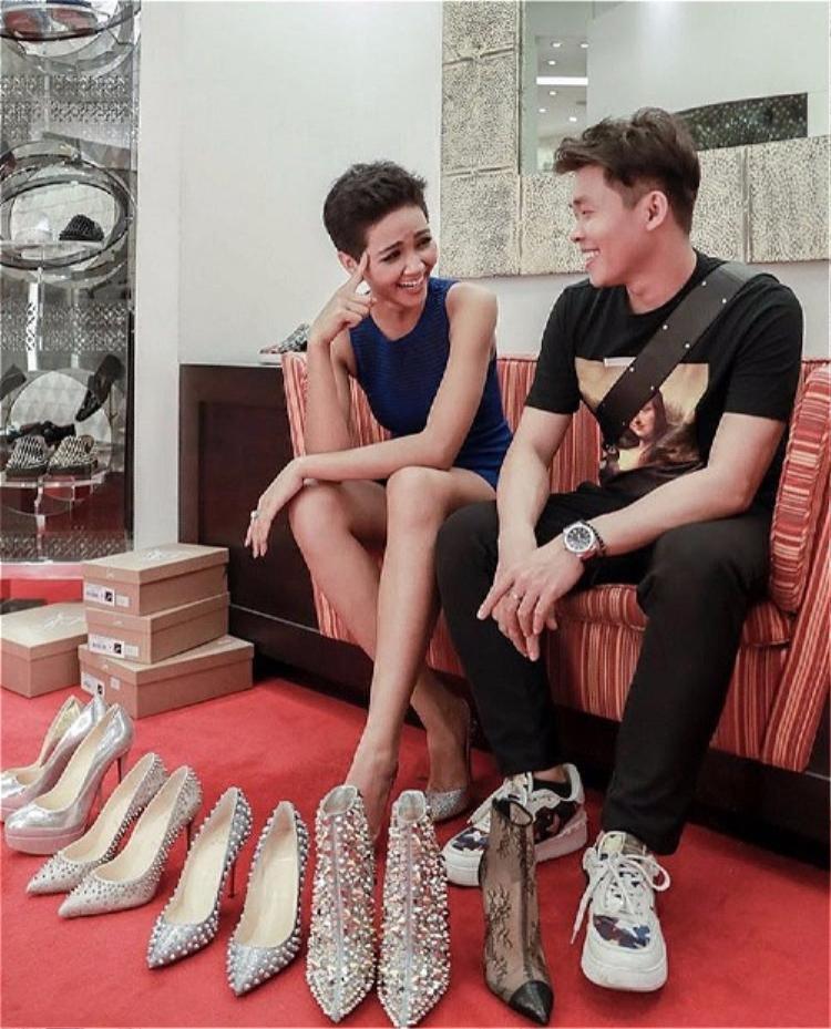Stylist của H'Hen Niê chia sẻ cả ê-kíp đã chuẩn bị cho cô khoảng 35 đôi giày phù hợp với từng bộ trang phục, kèm theo đó là hàng trăm món phụ kiện trang sức, túi xách…