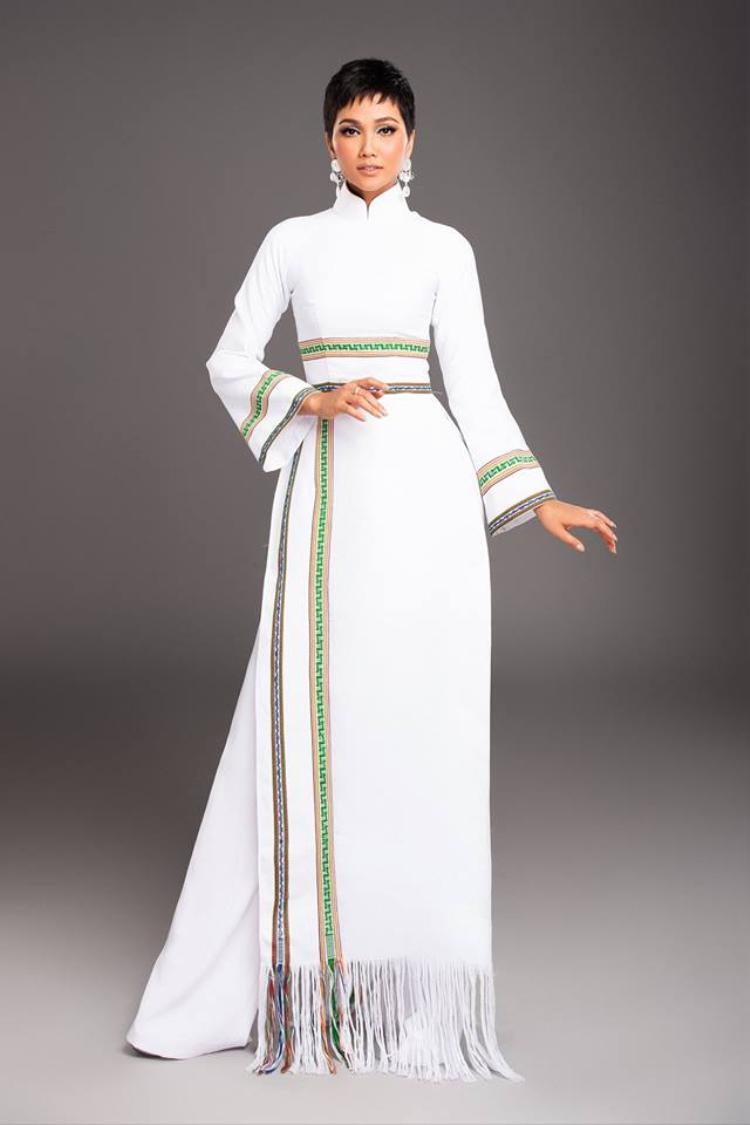 Bộ áo dài trắng lấy cảm hứng từ họa tiết thổ cẩm Êđê. Nét mới lạ từ chất liệu, họa tiết cũng như phom dáng tay ngắn tạo nên sự thoải mái tối đa cho những hoạt động kéo dài trong ngày của người đẹp Việt.