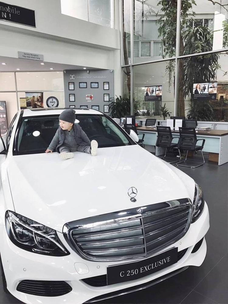 Năm 2017, cô nàng tậu cho mình một chiếc xe hơi Mercedes màu trắng