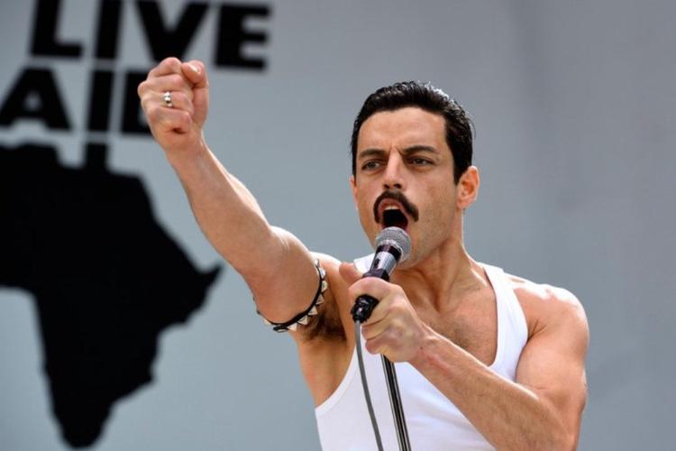 Màn hoá thân thành Queen thần sầu của Rami Malek trong Bohemian Rhapsody.