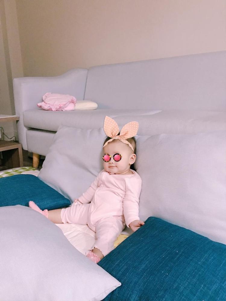 Lần đầu tiên Tú Vi khoe cận mặt ảnh con gái 8 tháng tuổi, mặt y đúc bố Văn Anh