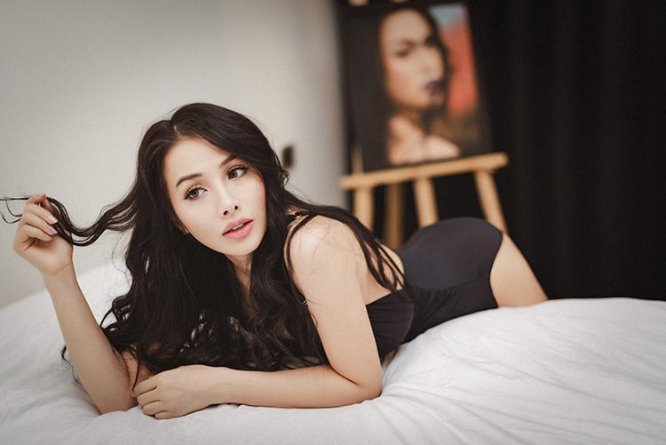 Trong bộ ảnh mới thực hiện, YaYa Trương Nhi diện áo tắm một mảnh, khoe làn da trắng cùng ba vòng gợi cảm