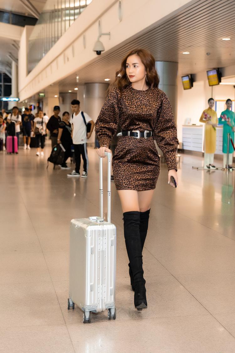 Miss Supranational Vietnam 2018 - Ngọc Châu nổi bật ở sân bay khi diện chiếc đầm họa tiết da báo phối cùng giày boots cổ cao.