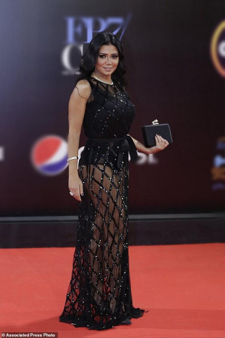 Xuất hiện trên thảm đỏ sự kiện, Rania Youssef trông vô cùng gợi cảm với thiết kế vải lưới kèm jumpsuits táo bạo.