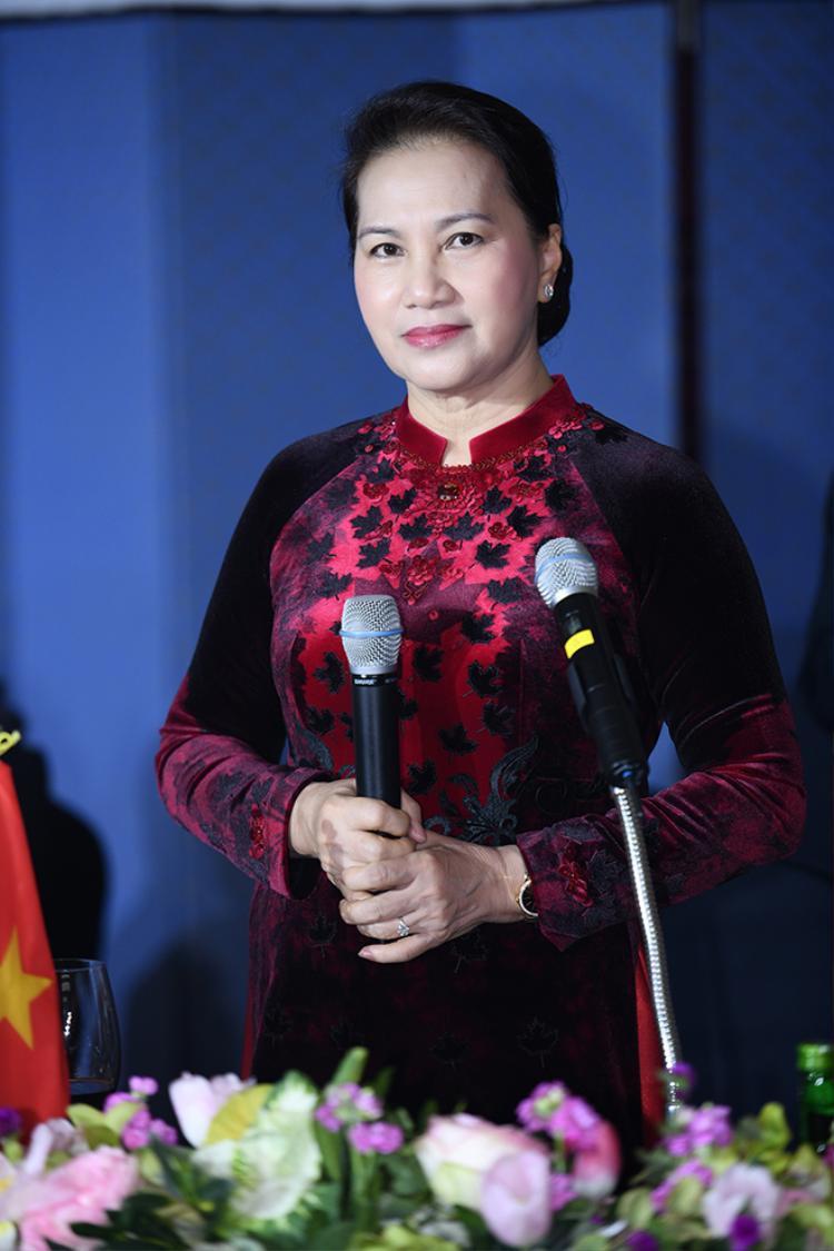 Chủ tịch Quốc hội Nguyễn Thị Kim Ngân đẹp mặn mà quyền lực trong thiết kế áo dài nhung đỏ