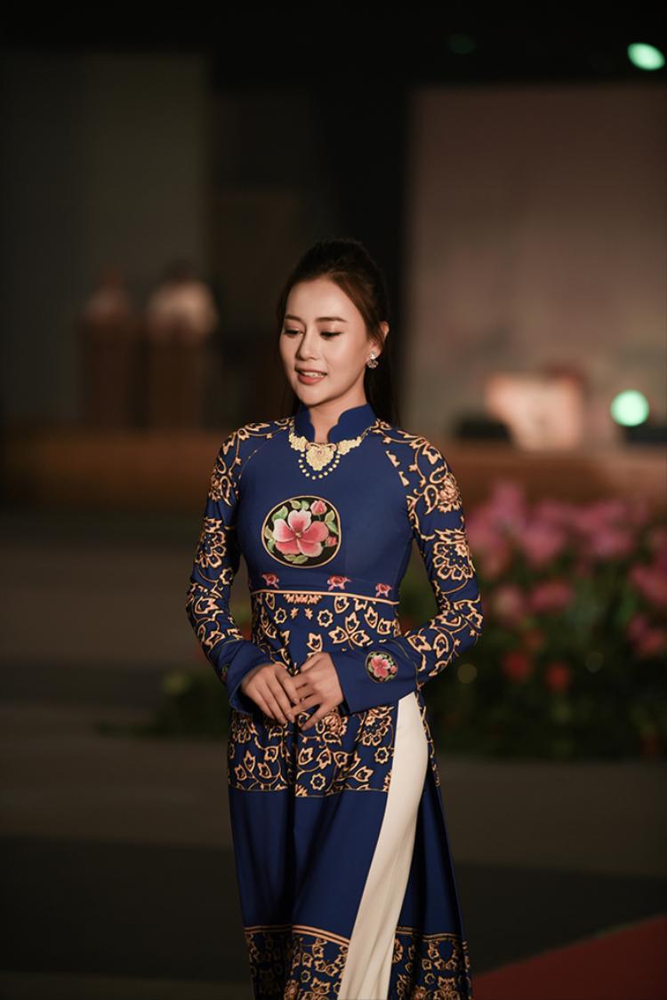 Quỳnh búp bê Phương Oanh duyên dáng trình diễn áo dài tại Hàn Quốc