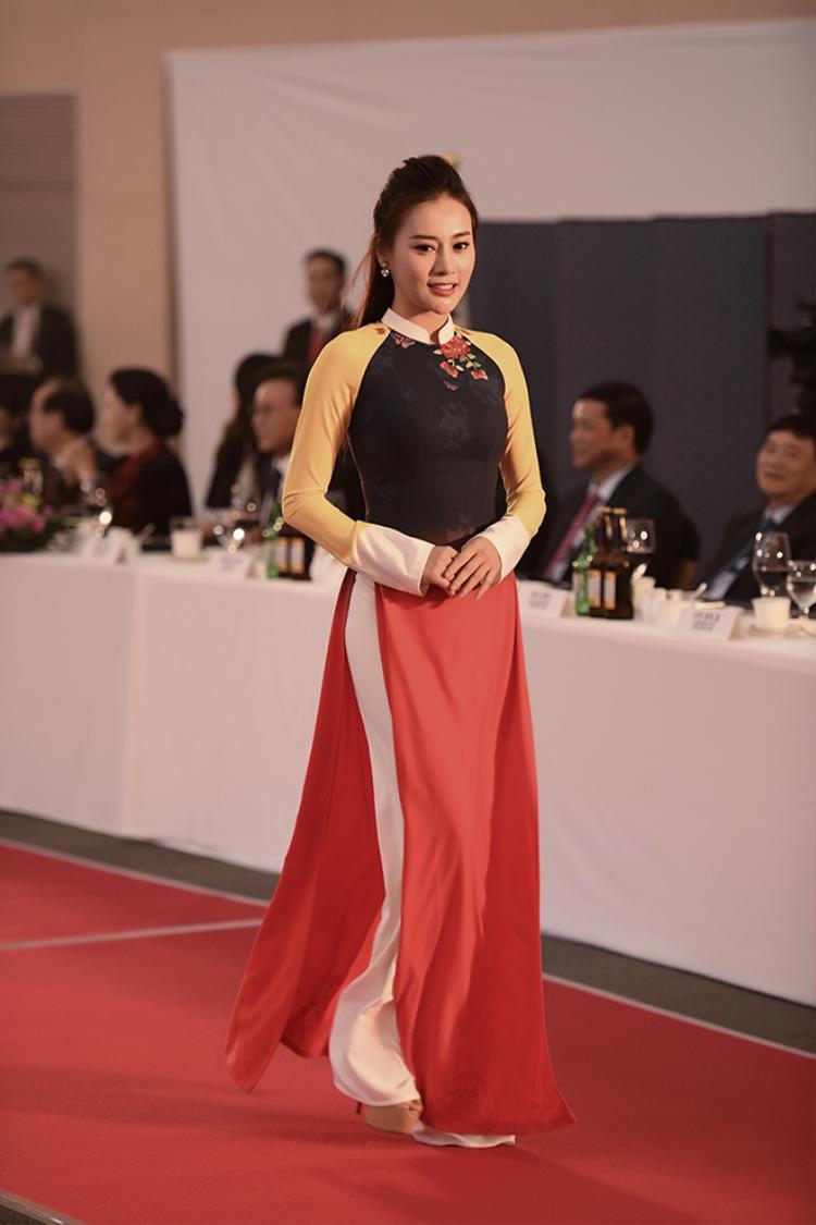 Phương Oanh vốn xuất thân từ nghề người mẫu nên cô có vóc dáng đẹp và lối trình diễn uyển chuyển