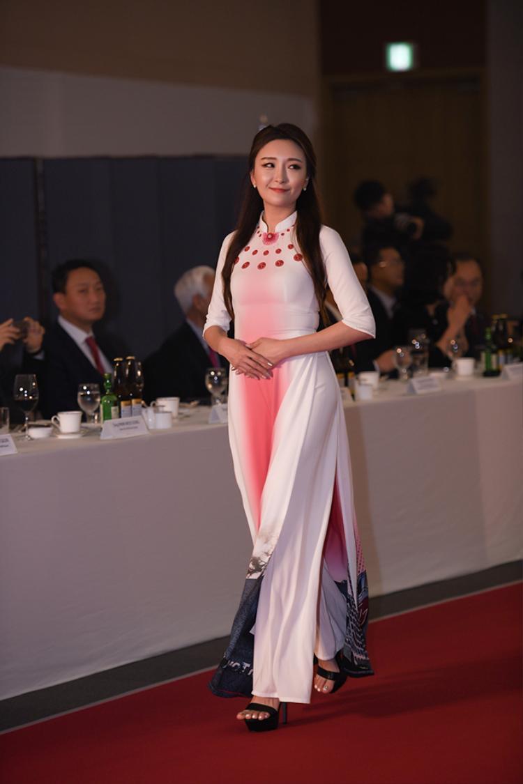 Người mẫu Hàn được khán giả cổ vũ nhiệt tình khi thể hiện tà áo dài quốc hồn quốc túy Việt Nam