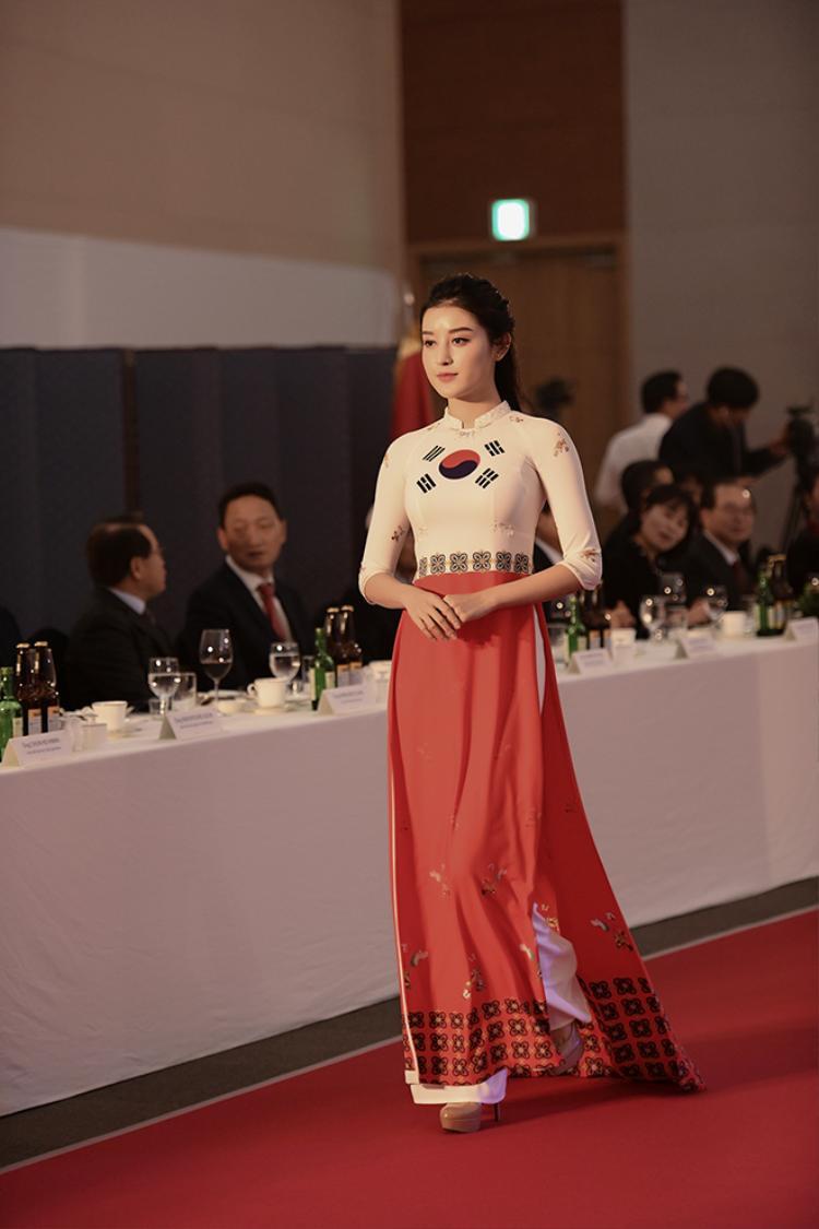 Á hậu Huyền My được giao trọng trách mặc áo dài in họa tiết quốc kỳ Hàn Quốc