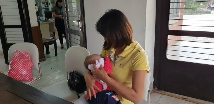 Cháu bé được đưa vào làng trẻ SOS Hà Nội.
