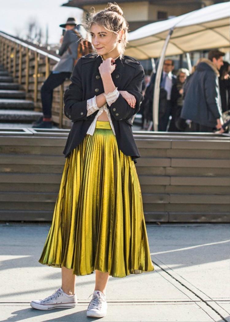 Các kiểu váy xếp ly với chất liệu neon óng ánh làm nổi bật bộ trang phục