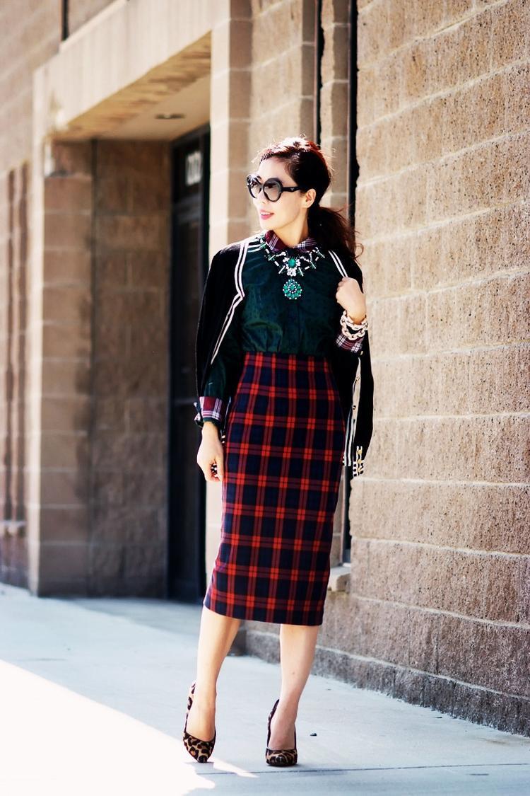 Chọn môt kiểu dáng váy len ôm sọc ca rô cùng với giày cao gót da beo để làm bộ cánh thêm thời thượng