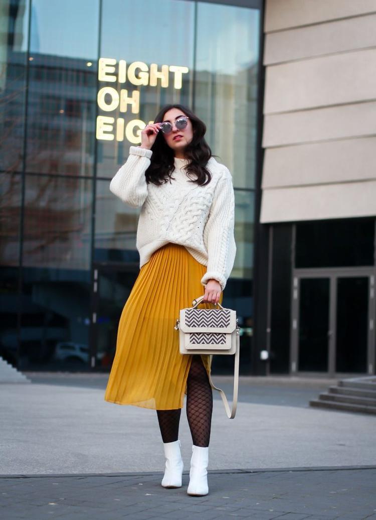 Lựa chọn Váy xếp ly phối cùng với áo len cho mùa đông dạo phố