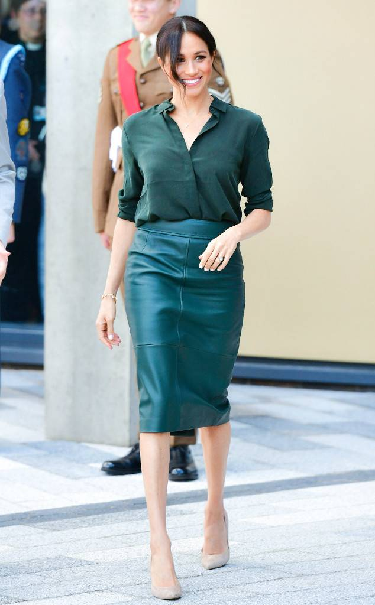 Công nương Meghan Markle cũng rất ưa chuộng các mẫu váy da basic ôm sát cơ thể.