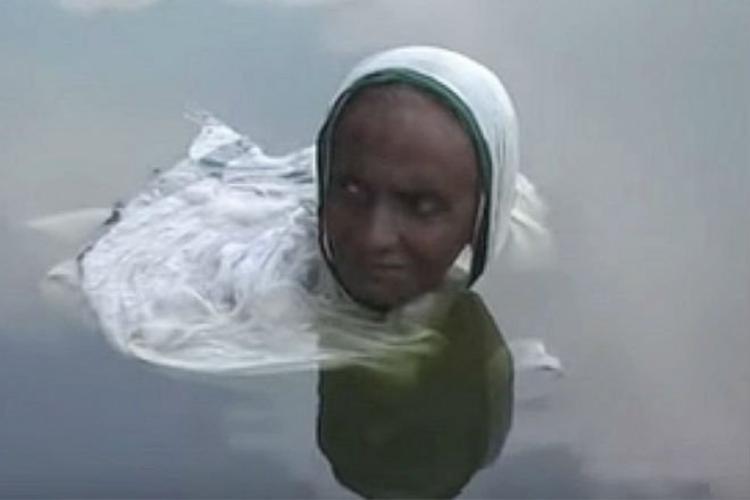 CôPataruni Gosh mắc bệnh lạ phải ngâm người trong hồ suốt hơn 2 thập kỷ qua.