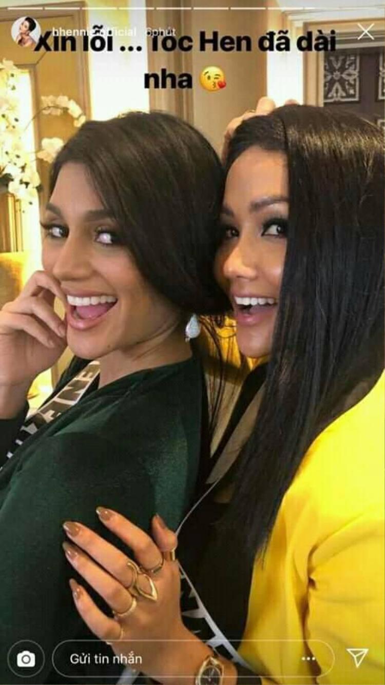 Khoảnh khắc vui đùa của 2 chị em Venu và Vina.