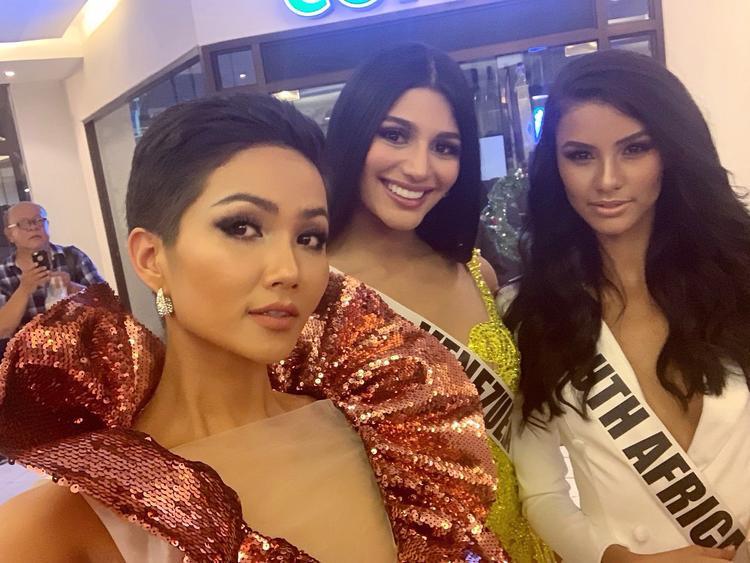 HHen Niê xứng danh giáo sư ngoại ngữ tại Miss Universe 2018 khi dạy Hoa hậu Mỹ hát cả tiếng Ê Đê