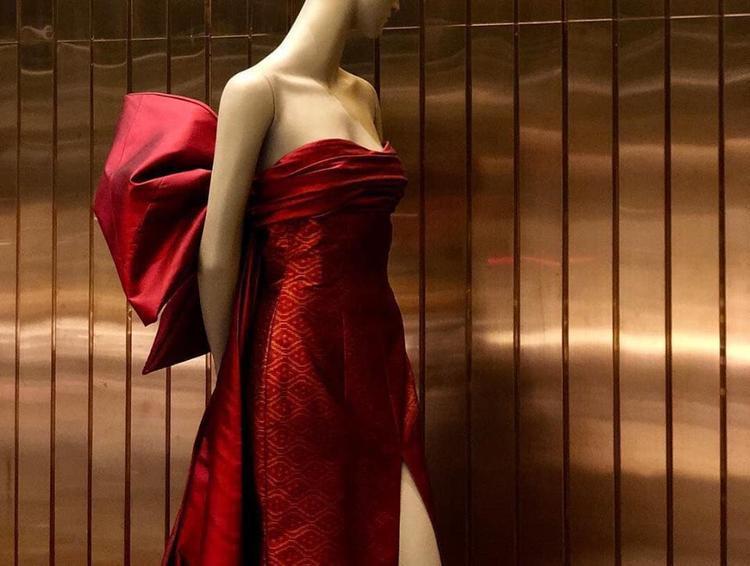HHen Niê mặc chiếc váy thắt nơ khổng lồ trình diễn thời trang trong đêm tiệc V.I.P