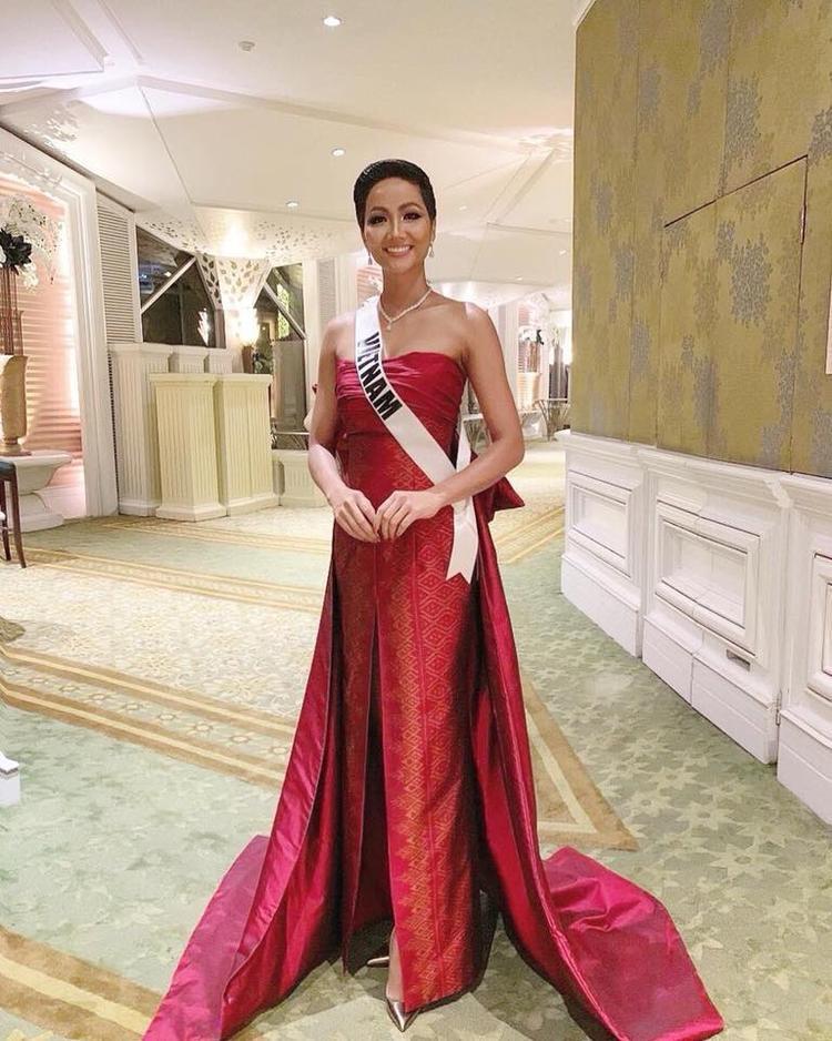 Thiết kế do các nhà tạo mốt lớn của Thái Lan thực hiện được H'Hen Niê và 94 người đẹp còn lại trình diễn.