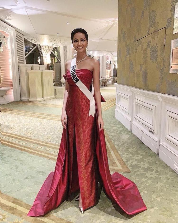 Diện bộ cánh đỏ cho sự kiện mang tính văn hóa này, đại diện Việt Nam khoe nhan sắc nổi bật thu hút cánh truyền thông.