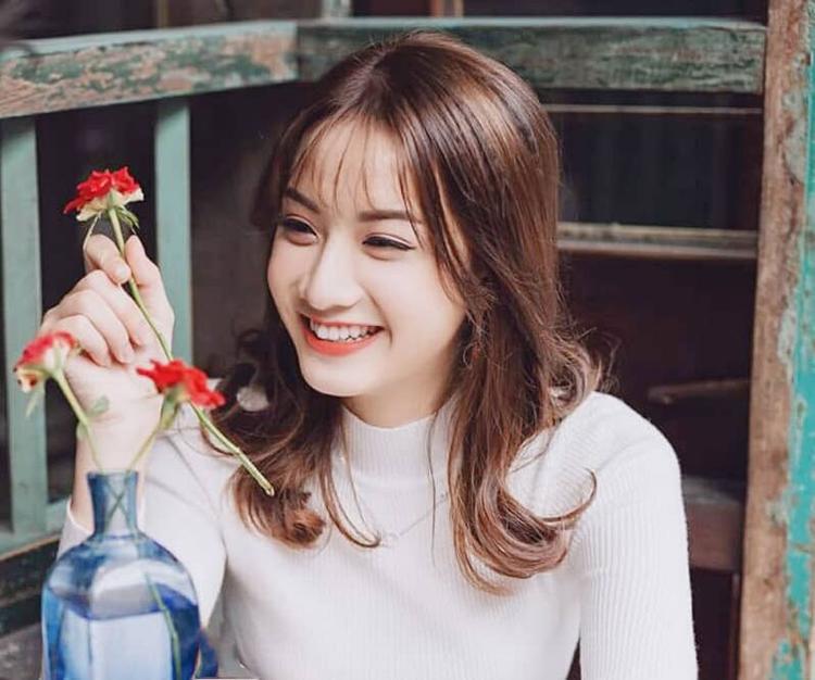 Trần Huyền Trang hiện đang sinh sống tại Hà Nội và là sinh viên Trường Cao đẳng Y tế Hà Nội.