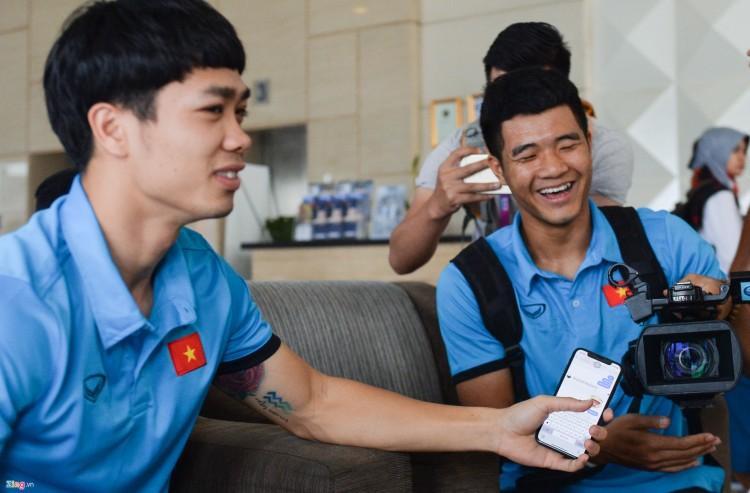 """Công Phượng được cho là có tới hai chiếc điện thoại của Apple. Thỉnh thoảng chàng tiền đạo """"đào hoa"""" này lại xuất hiện cùng một chiếc iPhone X trên tay. (Ảnh: Zing)"""
