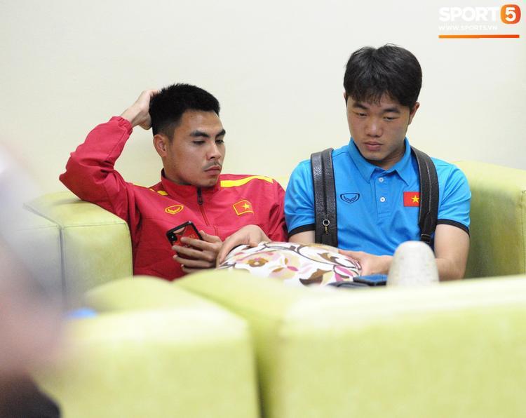 """Đức Huy dùng iPhone X với một chiếc ốp lưng khá lạ mắt. Kiểu ốp lưng """"ăn theo"""" sức nóng của đội tuyển Việt Nam này rất hot mỗi khi đội tuyển của chúng ta thi đấu. (Ảnh: Sport5)"""