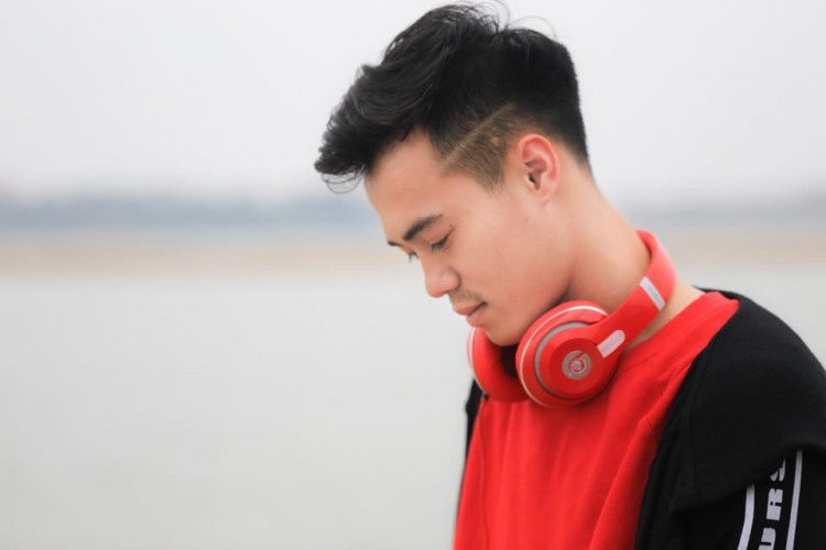 Anh ngoài ra còn có tai nghe chùm tai thương hiệu Beats…