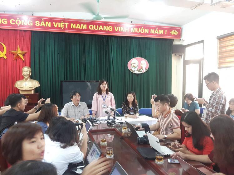 Bà Vân thông tin tại cuộc họp báo