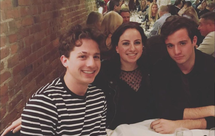 Cả khi selfie, Charlie Puth vẫn có khuôn mặt sáng hơn em trai mình.