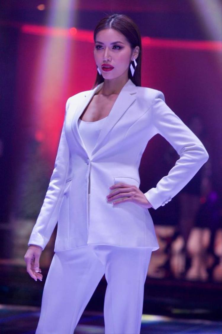 Trong phần thi Top Model, Minh Tú cá tính trong trang phục menswear.