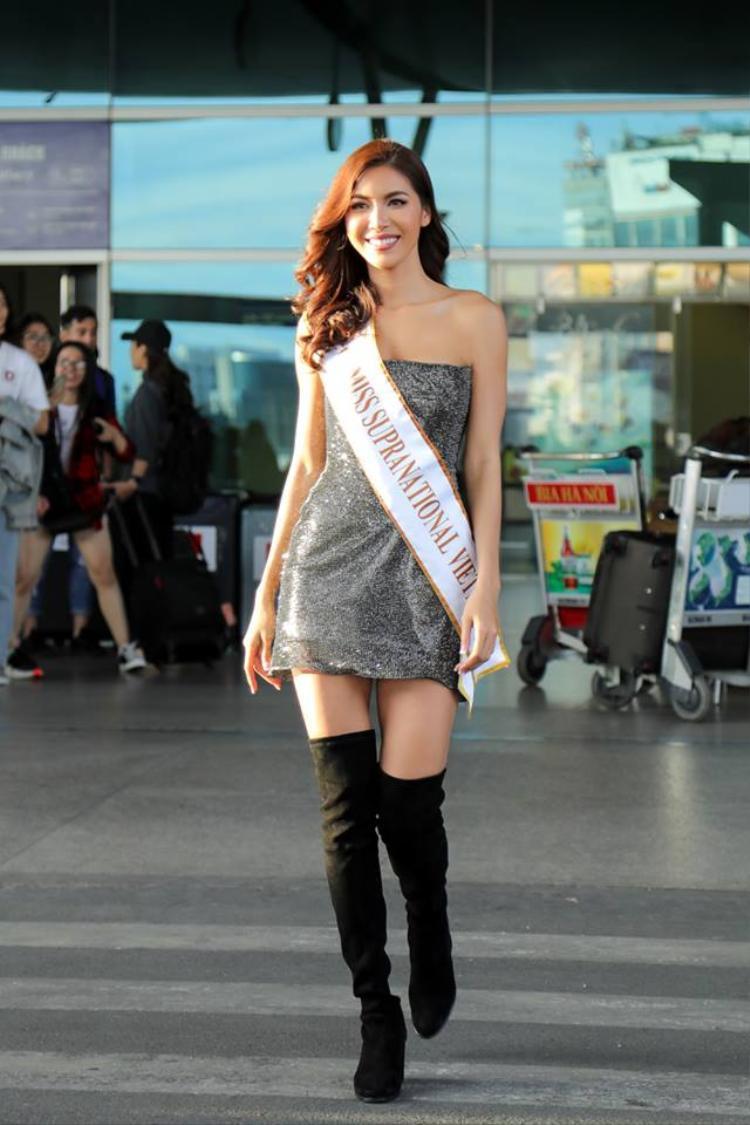 Trong khoảnh khắc ra sân bay để lên đường tới Ba Lan tham dự cuộc thi, Minh Tú gây ấn tượng với bộ đầm cúp ngực ánh kim ôm sát cơ thể, khoe eo thon, ngực đầy.