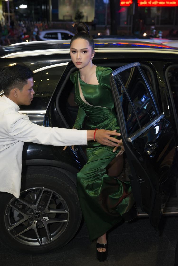 Hoa hậu chuyển giới Hương Giang xinh đẹp xuất thần ngay từ khi cô bước xuống xe hơi