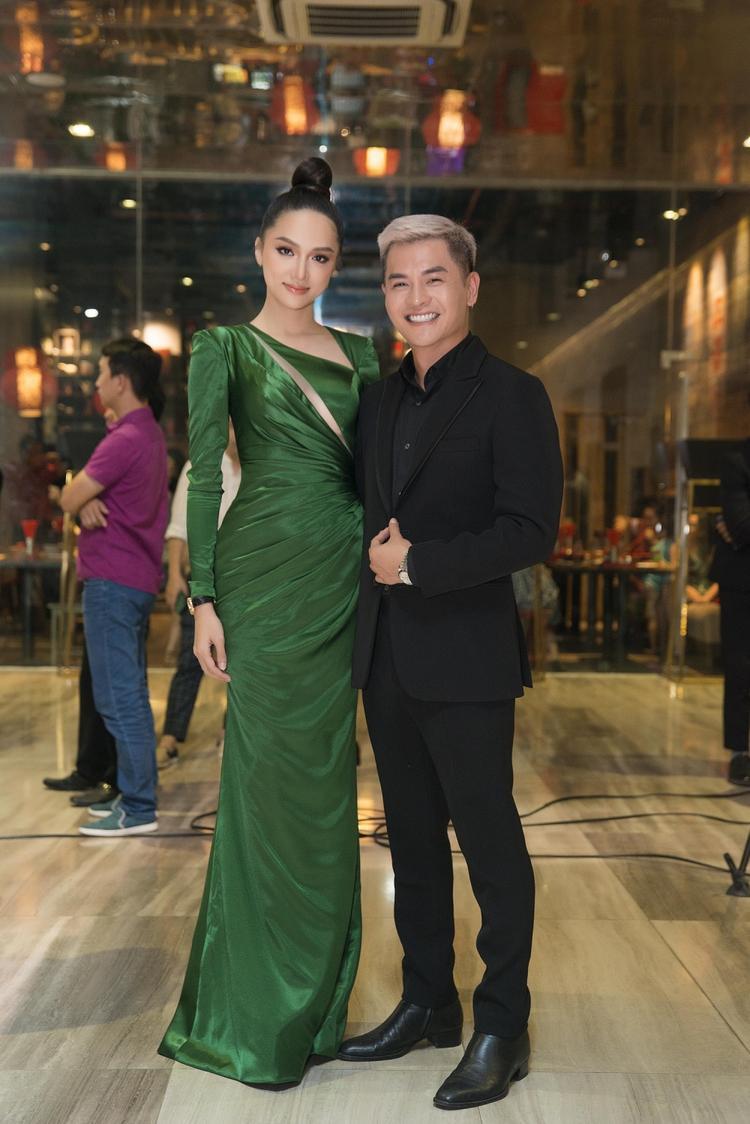 Đông Nhi lộng lẫy trong thiết kế váy lấp lánh bên cạnh Hương Giang nổi bật với trang sức tiền tỷ