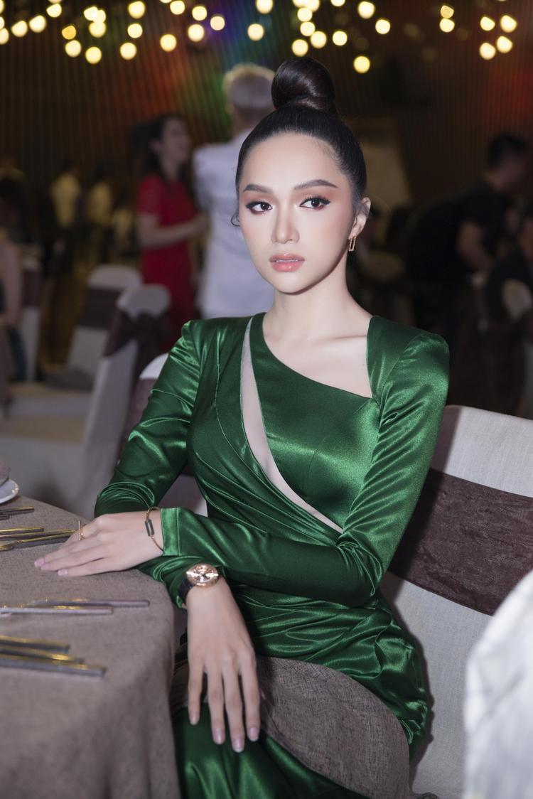 Hương Giang quá đỗi xinh đẹp với tông makeup cam đào thu hút bao ánh nhìn tại sự kiện