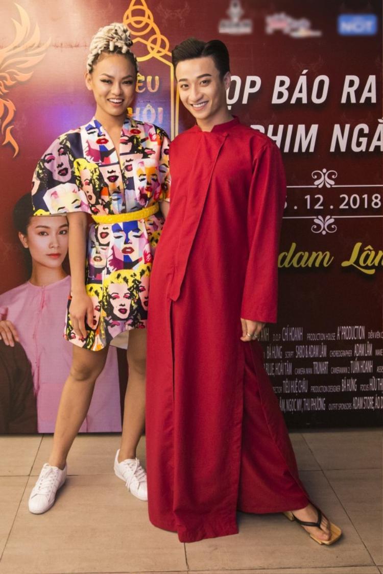 Nếu ai mặc váy áo tha thướt, nhẹ nhàng thì kệ người đó, Mai Ngô vẫn tiếp tục theo đuổi set đồ màu sắc ấn tượng.