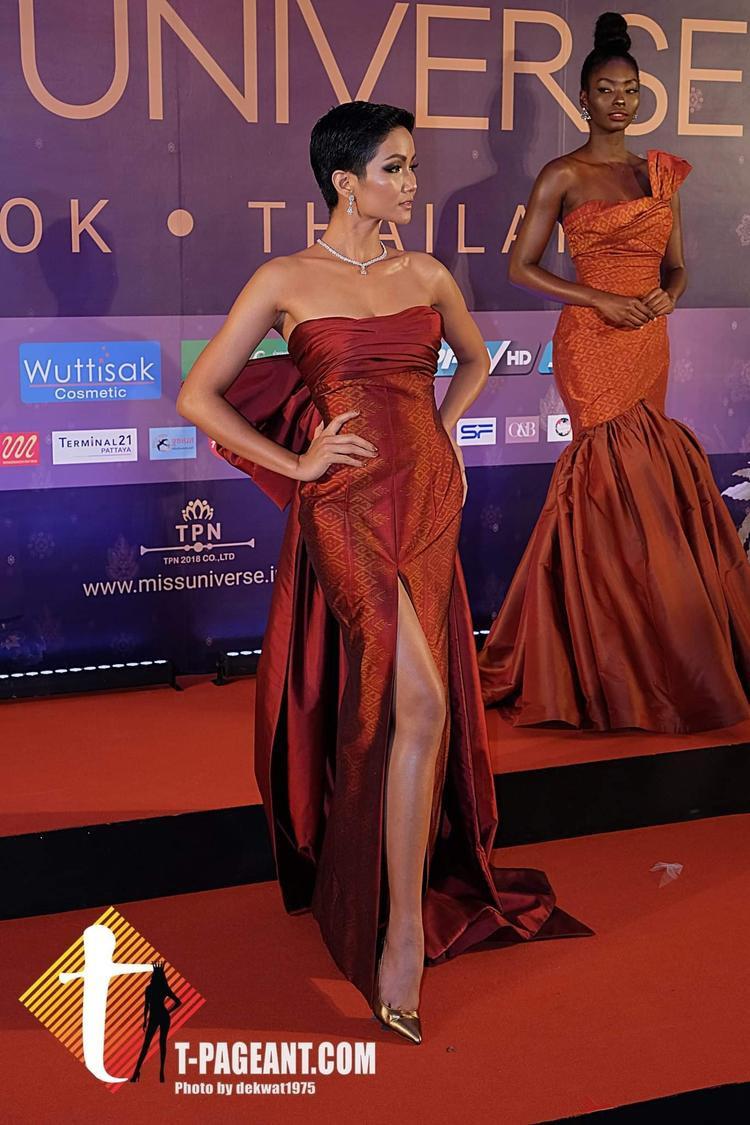 Sau thời khắc diện váy đỏ tại Thai Night, hình ảnh HHen Niê tràn ngập từ TV đến báo giấy Thái Lan