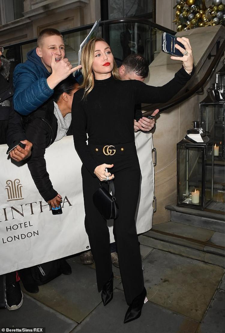 Nhìn Miley Cyrus sải bước thần thái trên đường phố London thế này có ai nghĩ cô nàng vừa bị mất nhà?