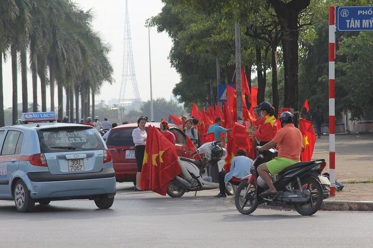 Nhiều người hâm mộ ai ai cũng náo nức mua áo cờ với hy vọng tiếp lửa cho các cầu thủ.