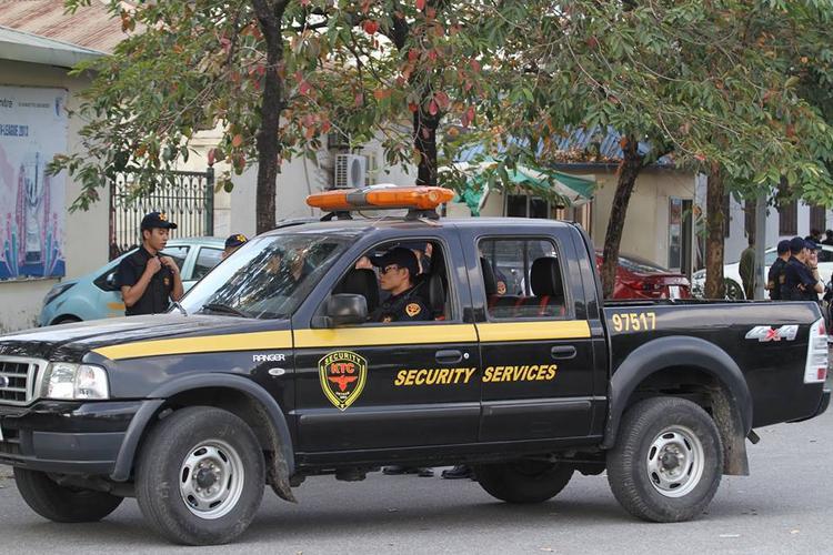 Xe an ninh thường xuyên lượn qua các tuyến đường.