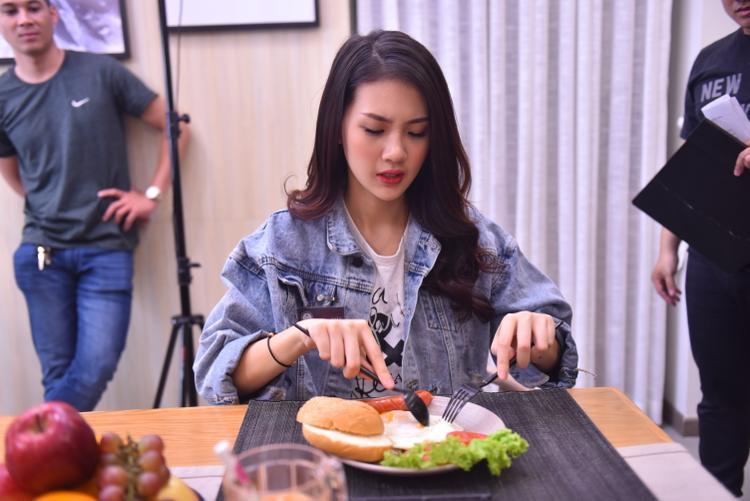 Quỳnh Hoa cho biết thêm, trước đây cô cũng có niềm đam mê với nghề diễn viên nhưng có lẽ cơ duyên chưa đến nên mình tạm gác lại để tập trung theo đuổi nghề người mẫu.