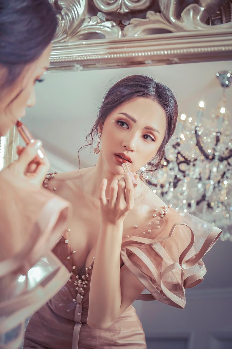 Hương Giang  Di Băng chị ngả em nâng thắm thiết: Fan rần rần về sự kết hợp sắp tới của cặp đôi!