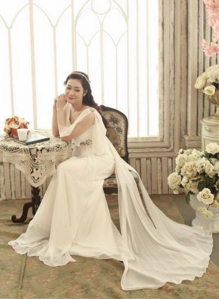 Bà xã Tự Long mang vẻ đẹp dịu dàng, thanh khiết.
