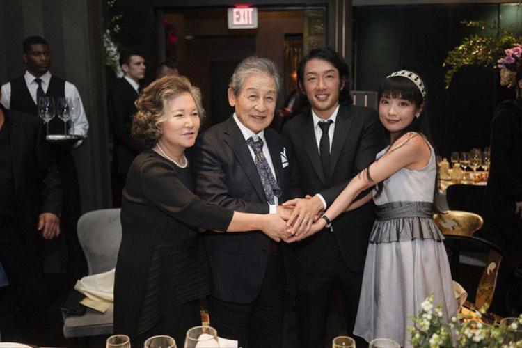 Yi Seok trao quyền trượng cho người kế vị Andrew trong một buổi lễ trang trọng ở Mỹ ngày 6/10/2018. Ảnh: Nextshark)
