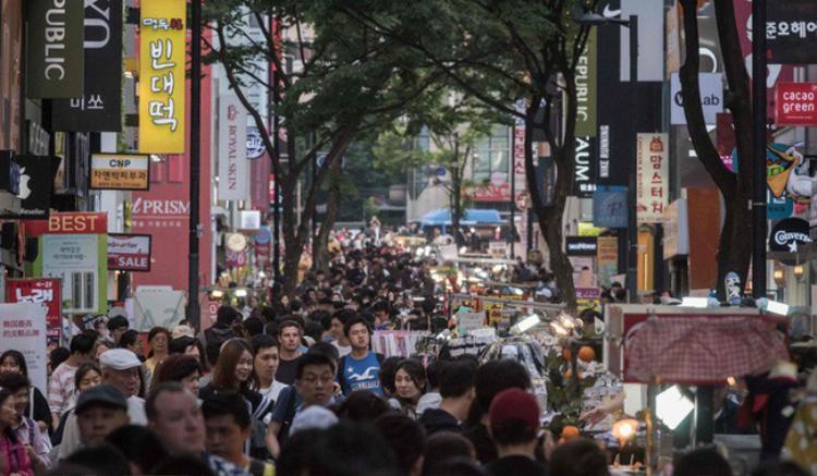 """Người Hàn ngày nay đã quá mệt với đủ thứ áp lực, chán ghét hệ thống thứ bậc xã hội và khá """"dị ứng"""" với 2 chữ hoàng gia. Ảnh: AFP"""