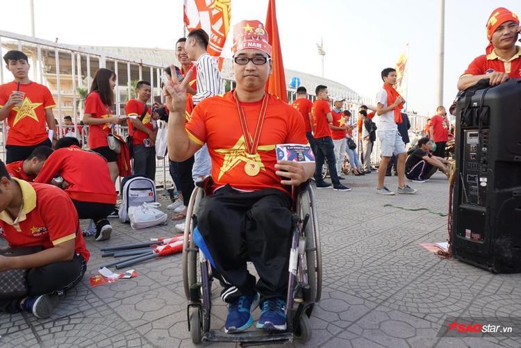 Anh Đạt lặn lội từ Hưng Yên đến Hà Nội bằng chiếc xe 3 bánh của mình để cổ vũ cho ĐT Việt Nam