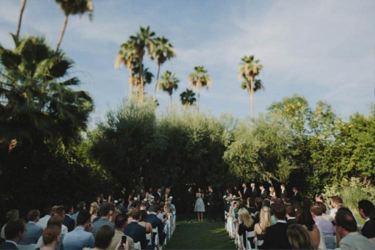 Màu cọ xanh tượng trưng sự mạnh mẽ bao lấy không gian tổ chức tiệc cưới