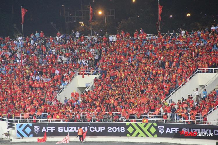 Phía khán đài, màu cờ, màu áo đỏ rực sân vận động Mỹ Đình.